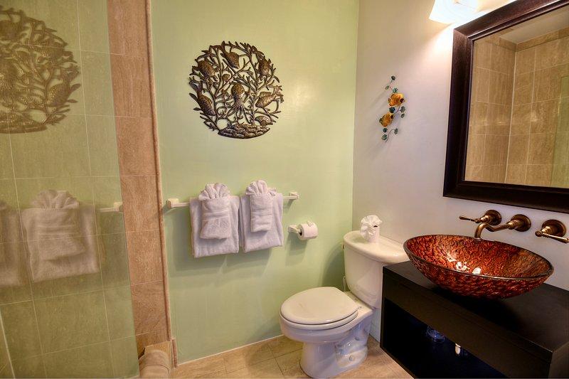 Badrum för sovrum 4. Alla rum har ett eget badrum med dusch.