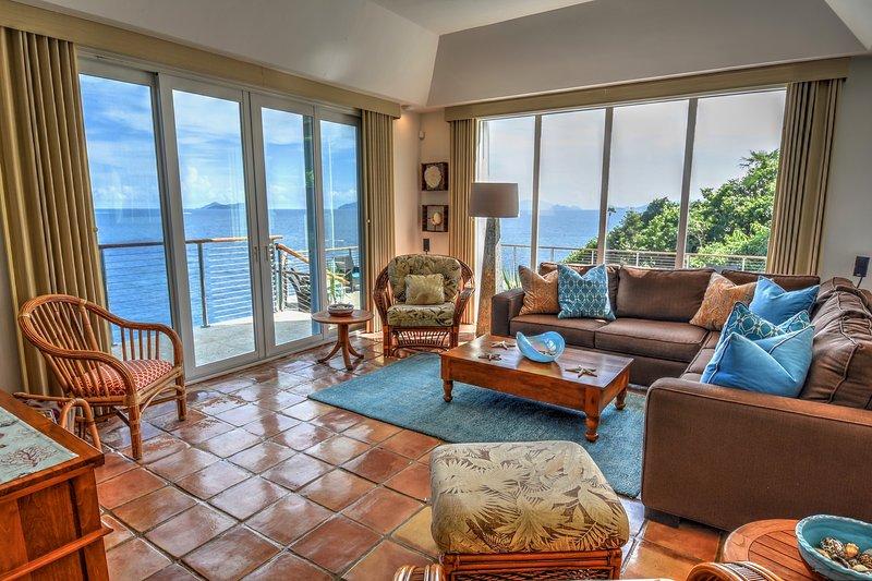 Vardagsrum med fri utsikt tittar ner ön, och Sonos ljudsystem.