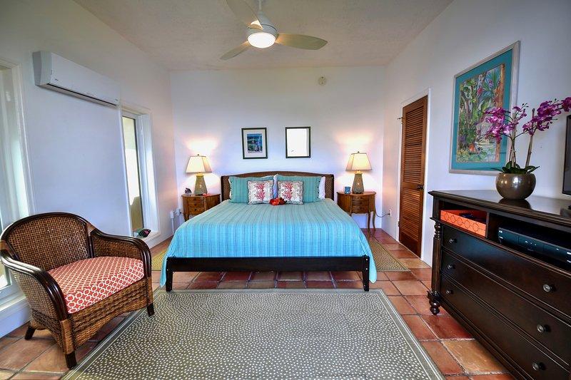 Kung sovrum # 3 med eget badrum. Ingång via däck med utsikt över havet.