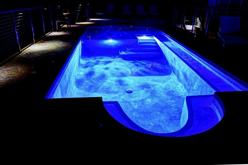 Mystisk starry LED-lampor med inbyggd pool sittplatser. Pool är 6,5 ft. Djup på det djupaste ..