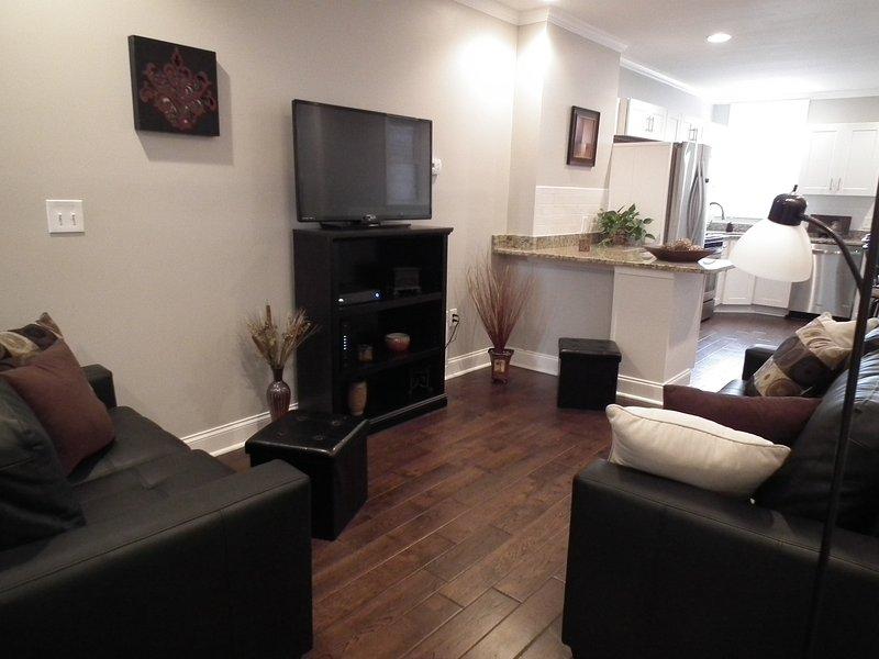 sala de estar abierta con TV de 43 pulgadas