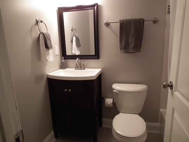 Cuarto de baño completo en el nivel inferior con bañera / ducha.