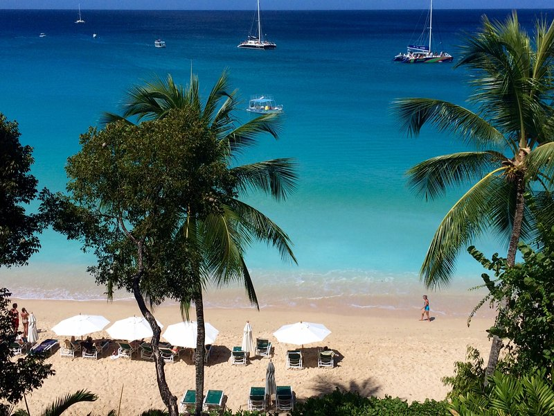 *GREAT DISCOUNTS AVAILABLE - PLEASE ASK* Coral Cove Penthouse - Beachfront Villa, holiday rental in Paynes Bay