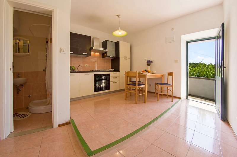 Renovated apartment with lovely terrace II, vacation rental in Sumartin