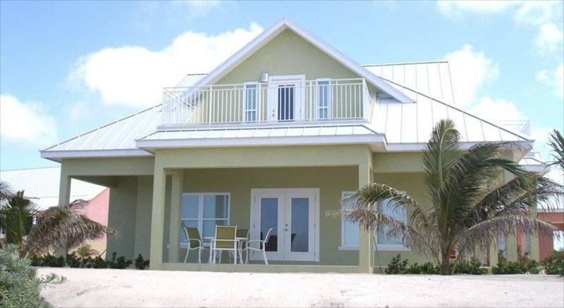 Ocean Paradise # 4 Green - Affordable Luxury Home w/ pool, vakantiewoning in Grand Cayman