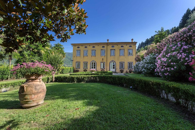 Villa Controni. 6 km from lucca with park,pool,gym,wifi,air-conditioner,billiard, Ferienwohnung in Vorno