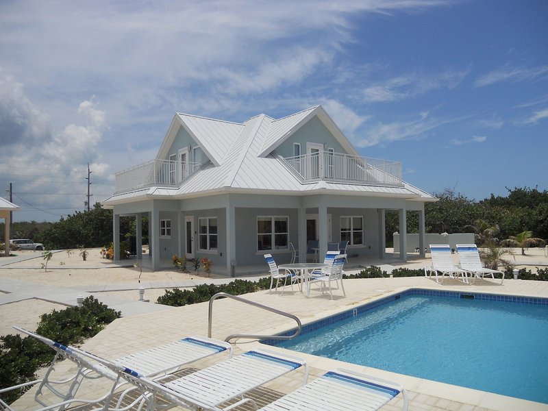 Ocean Paradise # 3 Blue - Affordable Luxury Home w/ pool, vakantiewoning in Grand Cayman