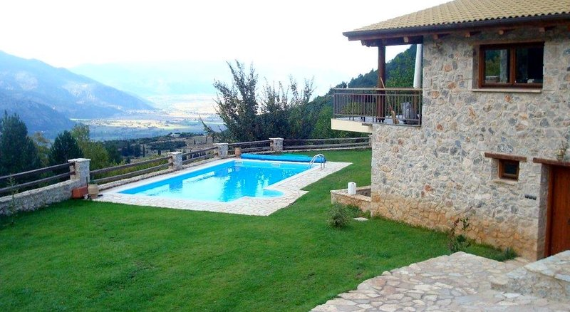 Parnassos mountain villa with pool, location de vacances à Arachova