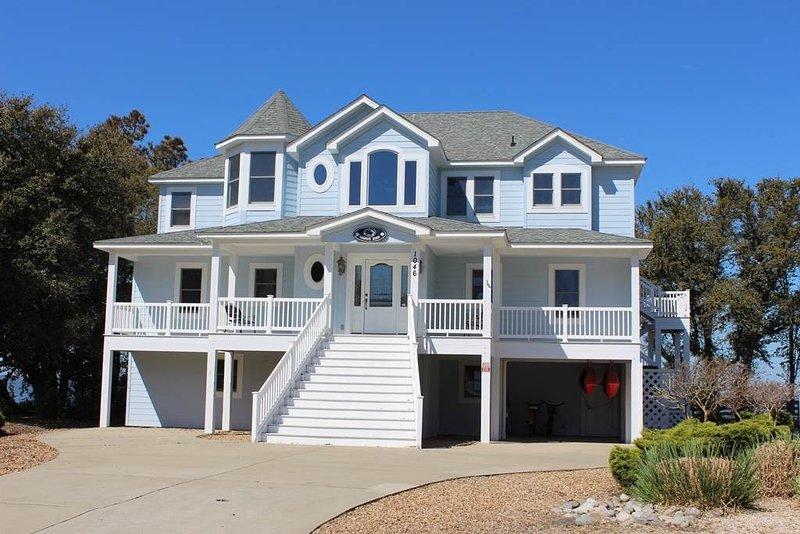 Building,Villa,Cottage,Deck,Porch