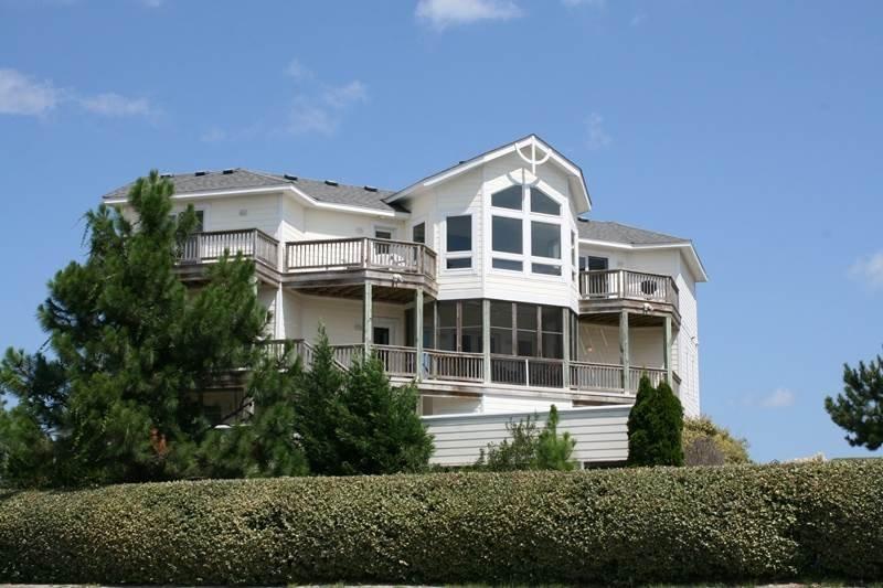 Building,Villa,Fence,Hedge,Cottage