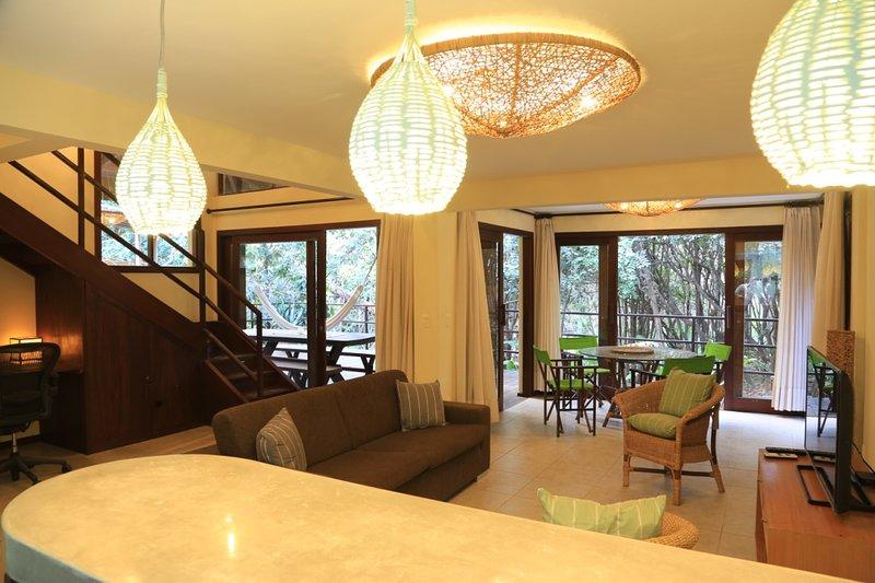 Sala de estar mirando hacia la terraza arbolada, Pipa, Brasil