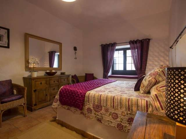 master bedroom with king size bed with high quality linen,double wardrobe & en suite