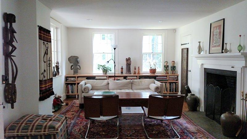La sala de estar con muebles de Mies van der Rohe y obras de arte de clase mundial