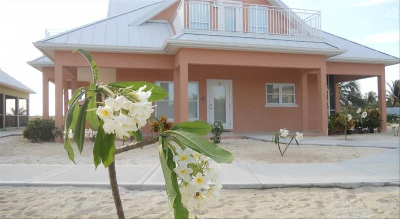 Ocean Paradise # 2 Peach - Affordable Luxury Home w/ pool, vakantiewoning in Grand Cayman