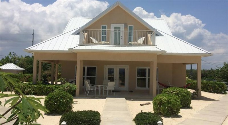 Ocean Paradise # 1 Cream - Affordable Luxury Home w/ pool, vakantiewoning in Grand Cayman