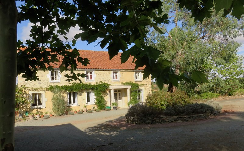 Spacious Family Suite in Farmhouse in beautiful valley, 25 mins from Puy du Fou, location de vacances à La Caillère-Saint-Hilaire