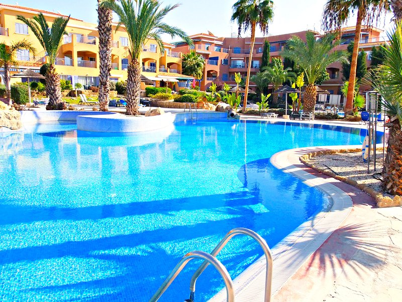 Kato Paphos Prime Tourist Area - 5 Star Resort - 3 Pools - Wifi - 2 Bed House, vacation rental in Paphos