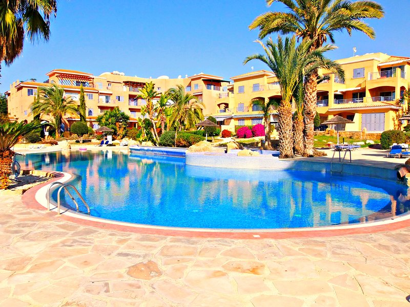 Kato Paphos - 2 Bed Townhouse - Prime Location - 5 Star Resort -3 Swimming Pools, vacation rental in Paphos