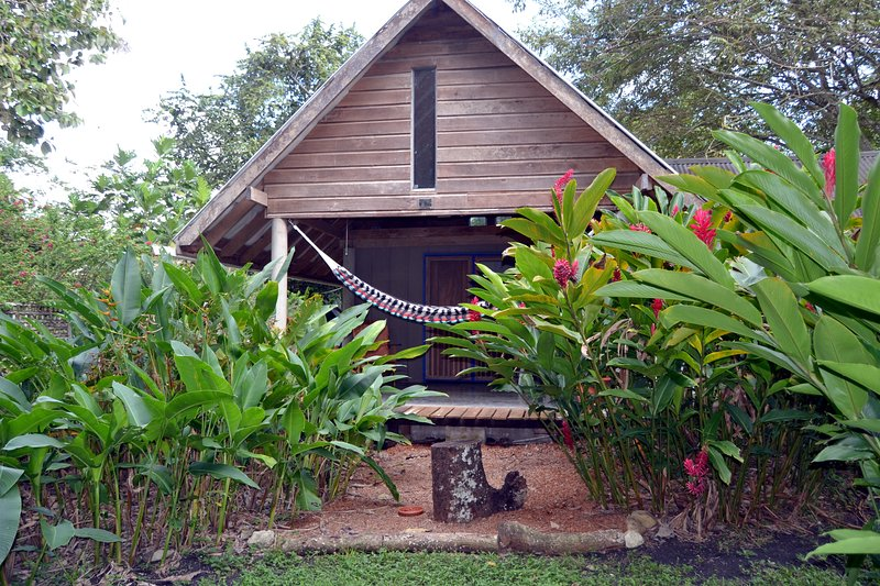 Hummingbird Rest a fully equipped self catering chalet set in tropical gardens, Ferienwohnung in San Ignacio