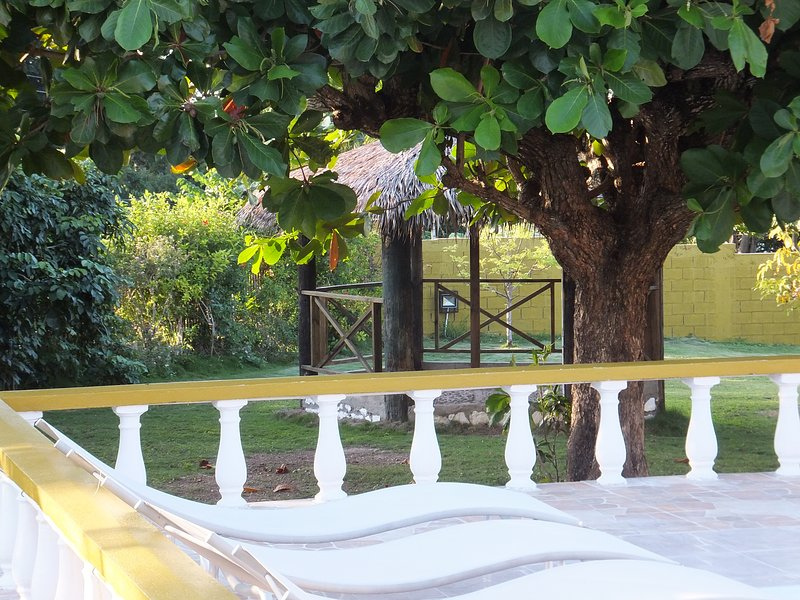 Oneil's Villa, 5 bedroom 5 bathroom, swiming pool, access to private beach., holiday rental in Runaway Bay