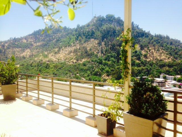 Schöne Terrasse mit Blick auf den Cerro San Cristobal.