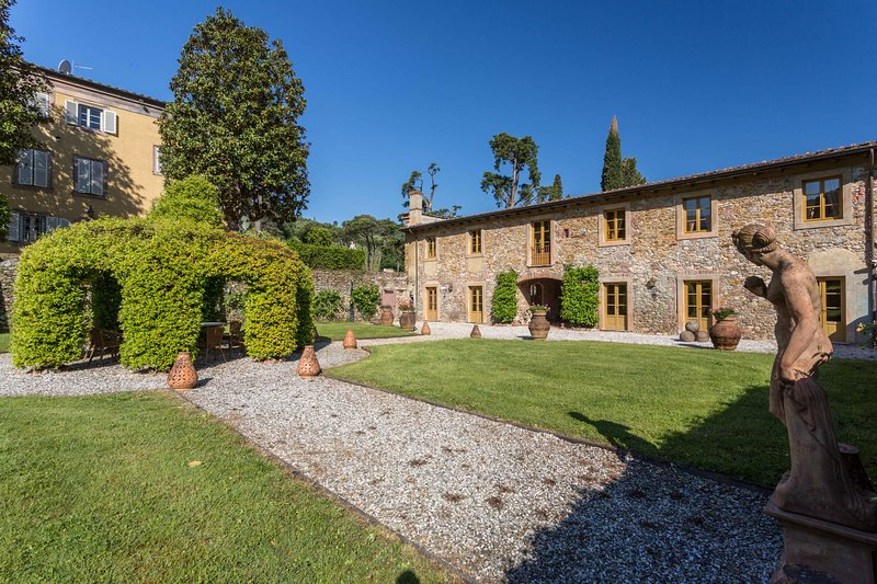 Borgo Bernardini. Stunning Retreat for 26 people with pool,piano,billiard,gym, vacation rental in San Lorenzo a Vaccoli