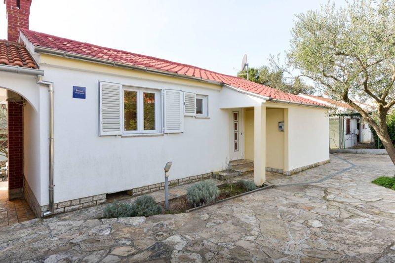 Apartment ANDI Punta Skala [2+2] ☆☆☆ 30m to sea, vacation rental in Petrcane