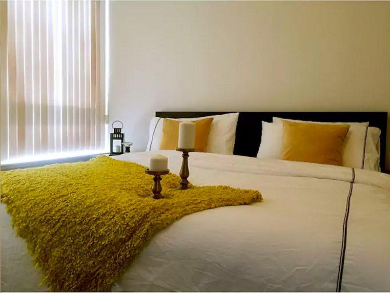 El dormitorio principal con cama king size y baño privado.
