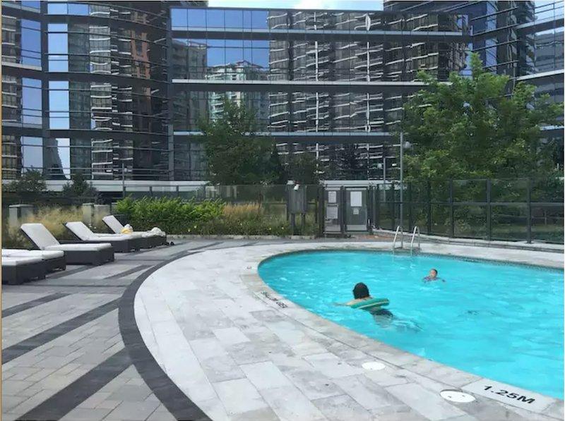 piscina al aire libre en las instalaciones compartidas.