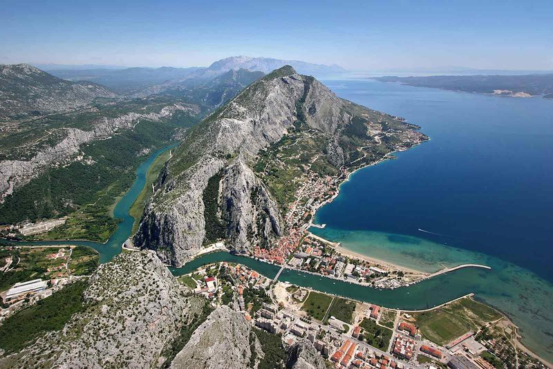 Omis place avec canyon rivière Cetina à proximité de Split 20 min en voiture