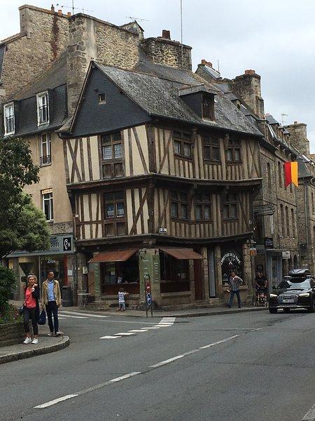 O apartamento ocupa os três andares superiores de um edifício com 500 anos de idade