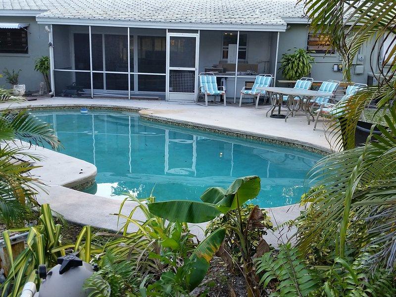 Increíble piscina privada y patio trasero tropicales