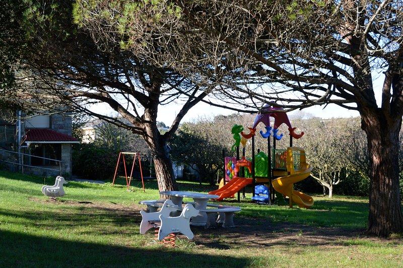 Apartamento Santander 4 personas con jardin playas Cabarceno Cuevas Altamira, alquiler vacacional en Parbayón