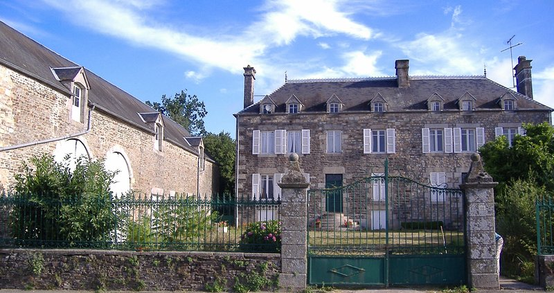 8 Bedroom Stone Farmhouse in village location, vacation rental in Saint-Aignan-de-Couptrain