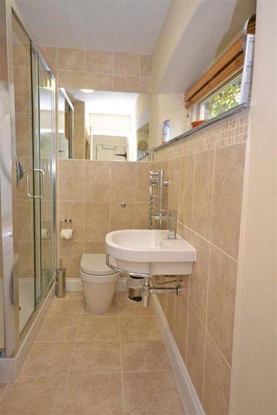 La doccia e ripostiglio al piano di sotto.