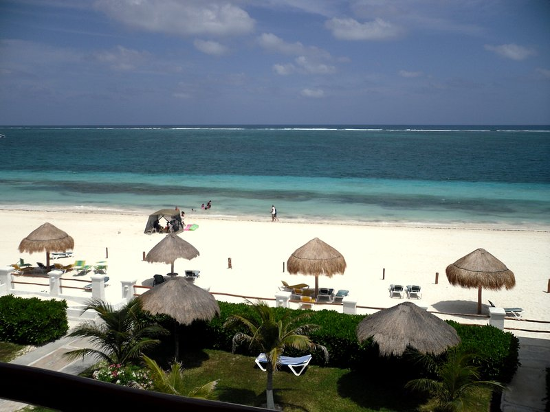 Fantastic Unrivaled Three-Side Ocean Views!! 3-Bedroom Oceanfront Condo!, alquiler de vacaciones en Puerto Morelos