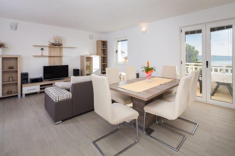 Deluxe Apartment Sea View 5 pax, vacation rental in Kastel Kambelovac