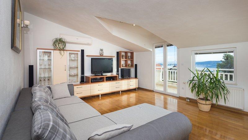 Deluxe Attic Apartment Sea View 2+1, vacation rental in Kastel Kambelovac