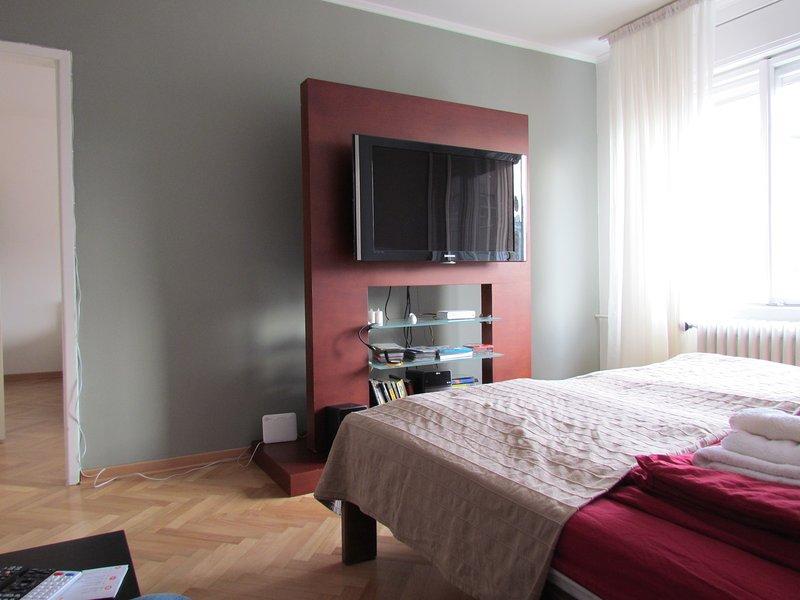 Haupt-Schlafzimmer mit TV Wand und HALLO FI-System