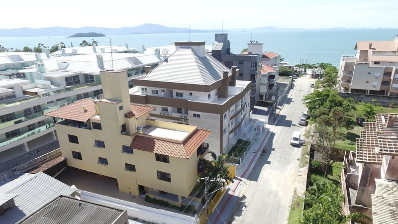 Apartamentos a 50 mts da praia da Cachoeira do Bom Jesus, wifi, ar split, location de vacances à Governador Celso Ramos
