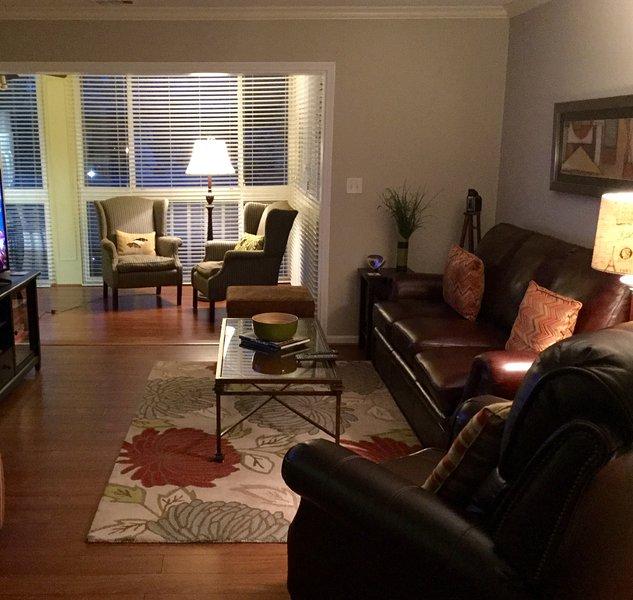"""Entrez dans un salon confortable avec vue sur le nord face sunporch pour le sentiment ouvert. 42 """"Smart TV."""