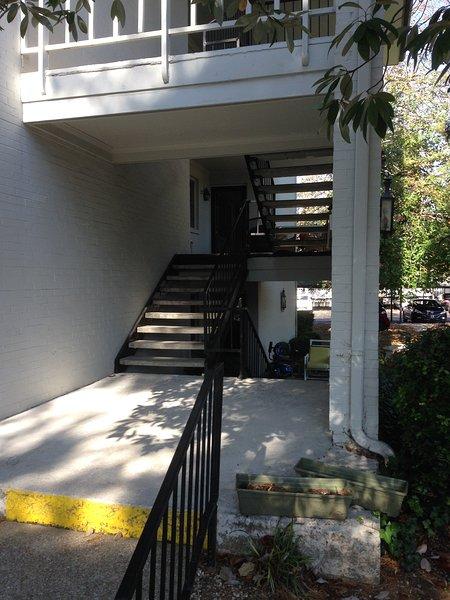 Entrée avec seulement quelques étapes à l'emplacement du deuxième étage.