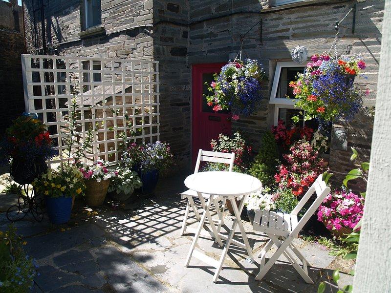 Hof Garten, ein schönes Fleckchen Erde zu sitzen und die saisonale Bepflanzung .Secure für Hunde genießen