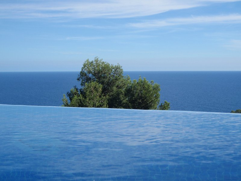 BLANES Maravillosa Vista Mar Piscina Privada con agua salada muy Tranquilo Wi-FI, location de vacances à Blanes
