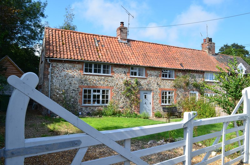 Rose Cottage is a traditional brick and flint country cottage in North Norfolk, location de vacances à Walsingham