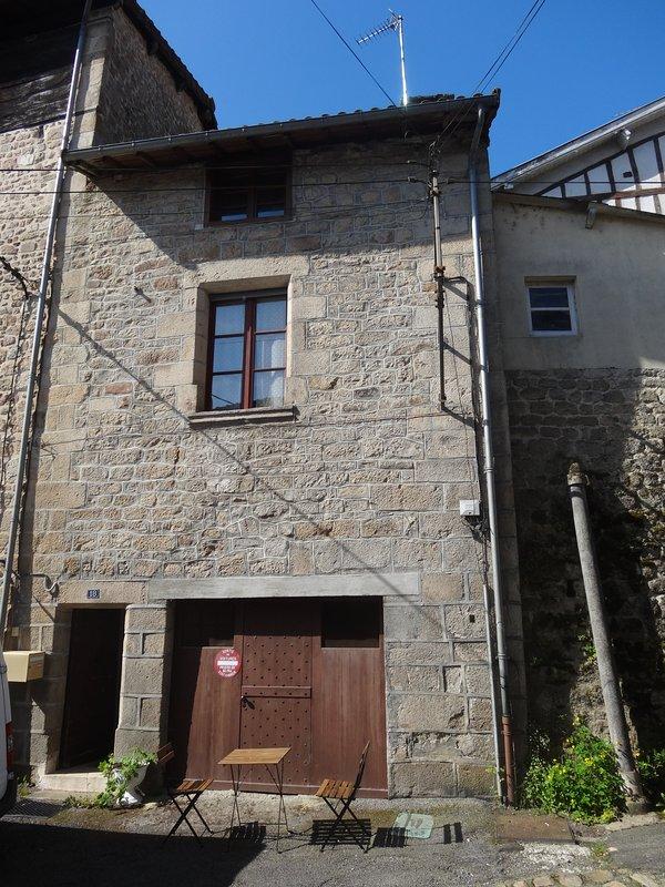 Une maison médiévale de 3 étages, garage / caverne ci-dessous atelier, mes ruches ci-dessus, le miel à l'échantillon de 4 €