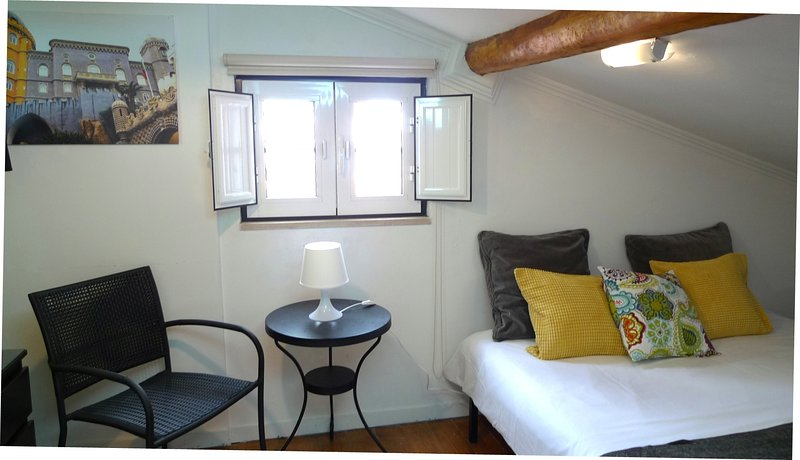 Upstairs bedroom with 3 single beds and bathroom (shower and toilet). Overlooking the Tagus.