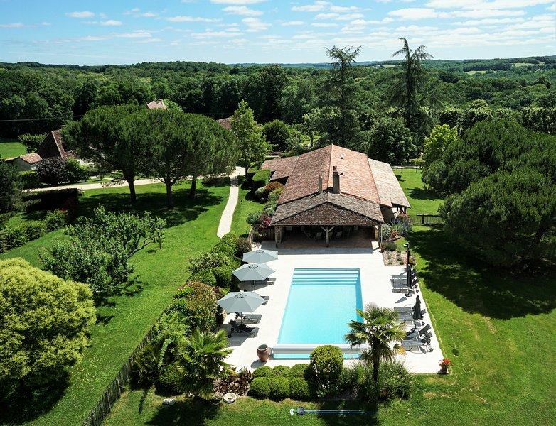 Superbe maison familiale en pleine nature avec piscine chauffée et chevaux, holiday rental in Clermont de Beauregard
