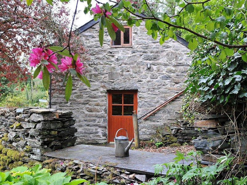 'Award Winning' Cottage in Snowdonia nr. Zip World & 10 mins drive from beach!, vacation rental in Gellilydan