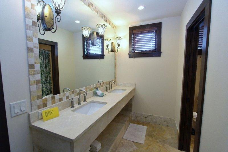 Ground Floor King Bath #2